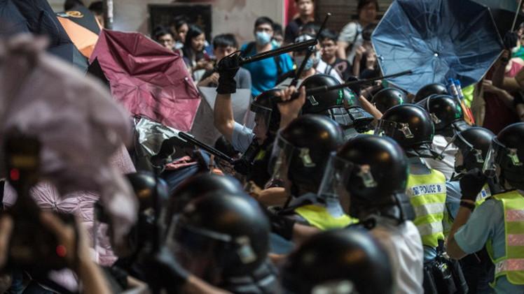 هونغ كونغ.. اعتقال 26 شخصا إثر مواجهات عنيفة بين الشرطة والمحتجين