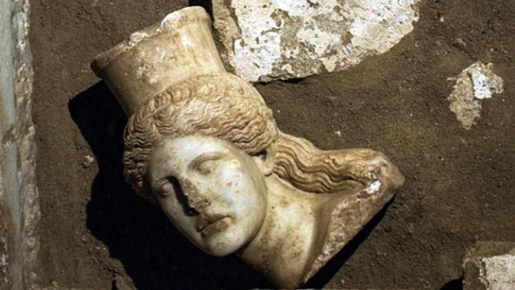 اكتشاف رأس تمثال لأبي الهول في مقبرة باليونان