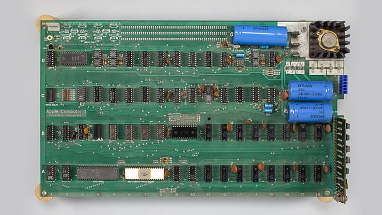 أول حاسوب لشركة آبل يباع في مزاد علني مقابل 905 آلاف  دولار