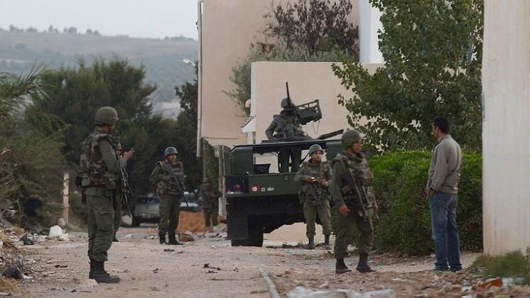 مسلحان محاصران يستخدمان الأطفال