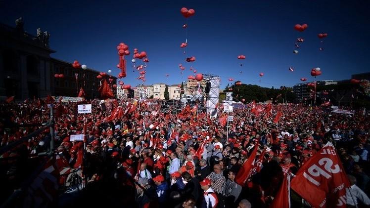 عشرات الآلاف يتظاهرون في روما ضد إصلاحات حكومية (فيديو)