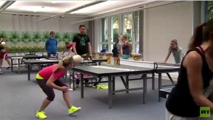بالفيديو..هكذا تجري لعبة كرة الطاولة برؤوس اللاعبين