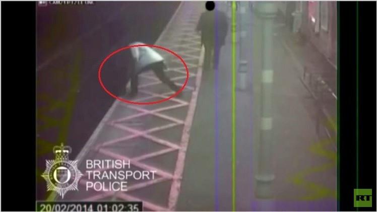 بالفيديو..اعتداء عنيف على ضرير أصم في بريطانيا