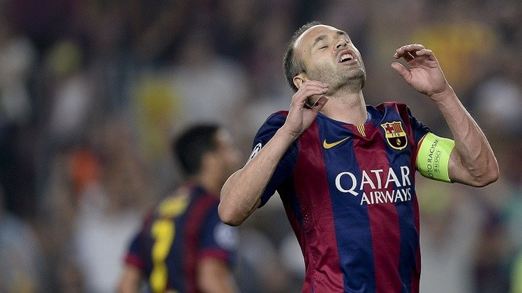 إنيستا قد يغيب أسبوعا عن برشلونة بعد إصابته في الساق