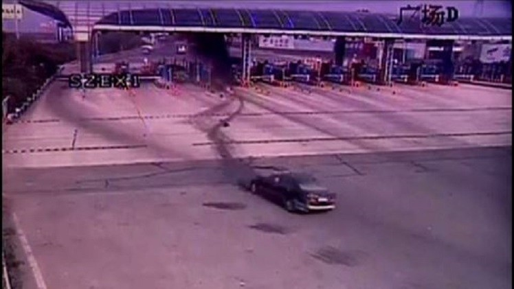 بالفيديو من الصين.. جرح 5 أشخاص جراء حادث اصطدام سيارة ببوابة عبور