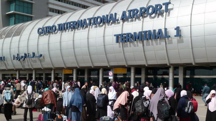 أمن مطار القاهرة يمنع دخول