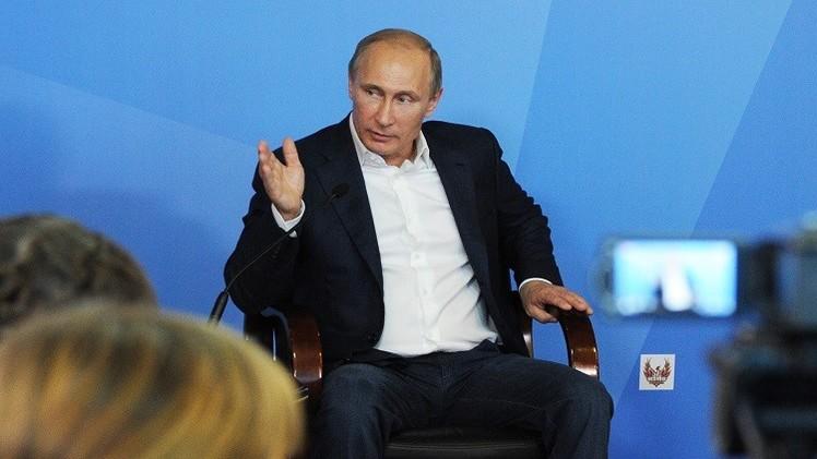 الاتحاد الدولي للسباحة يدافع عن قراره إهداء بوتين أرفع جوائزه