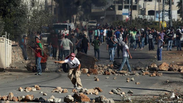مراسلتنا: إصابات وحالات اختناق في مواجهات بقلنديا جنوب رام الله