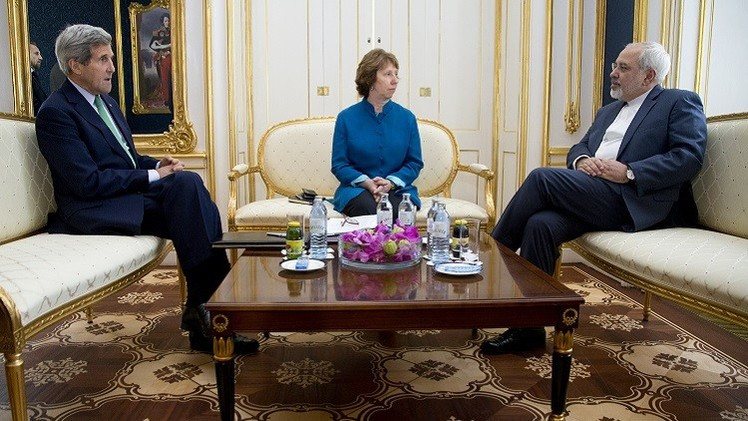 كيري وظريف وأشتون يبحثون ملف إيران النووي في مسقط