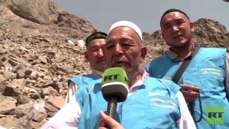 حجاج بيت الله الحرام يتوافدون على غار حراء غير عابئين بمشقة الصعود