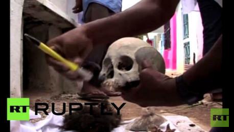 """سكان القرى ينظفون عظام المتوفين قبل عيد """"يوم الموتى"""""""