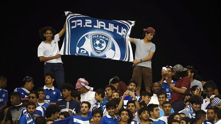 جماهير الهلال السعودي تتسلق أسوار الملعب قبل نهائي دوري الأبطال