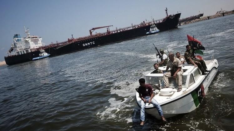 اشتباكات قرب ميناء بنغازي وإصابة سفينة تابعة للبحرية الليبية