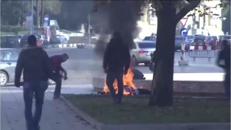 بالفيديو..بلغارية تحرق نفسها أمام المقر الرئاسي