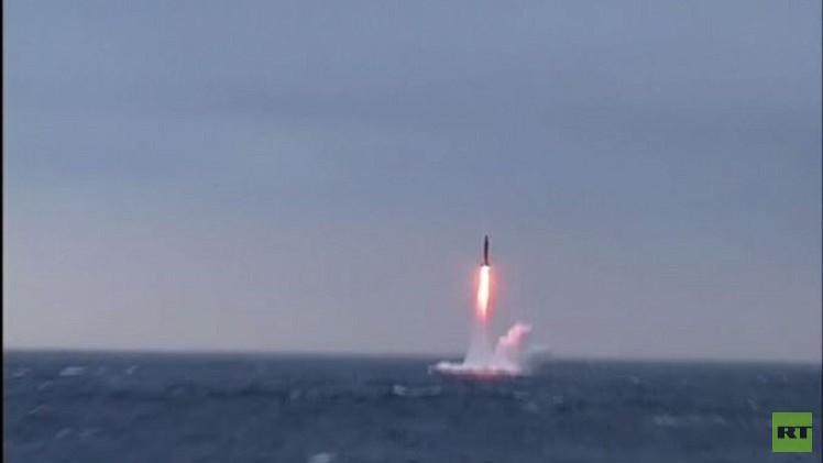 البحرية الروسية تختبر بنجاح صاروخا عابرا للقارات (فيديو)