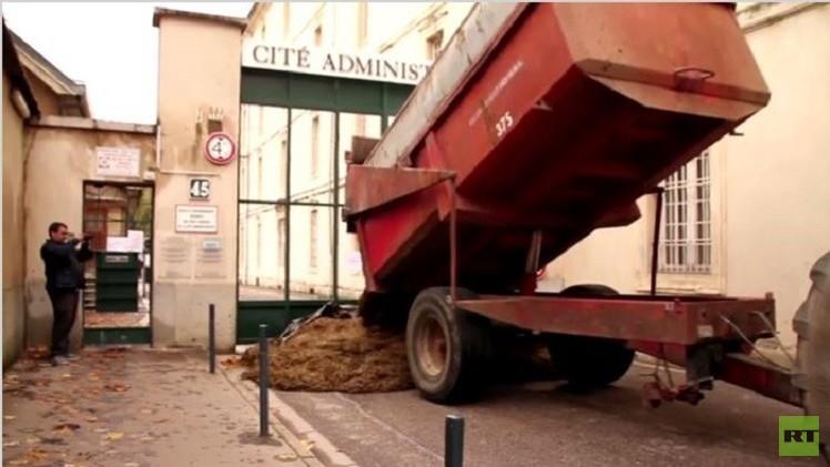 مزارعون فرنسيون يحتجون على اتباع بلادهم لنهج الاتحاد الأوروبي ضد روسيا (فيديو)