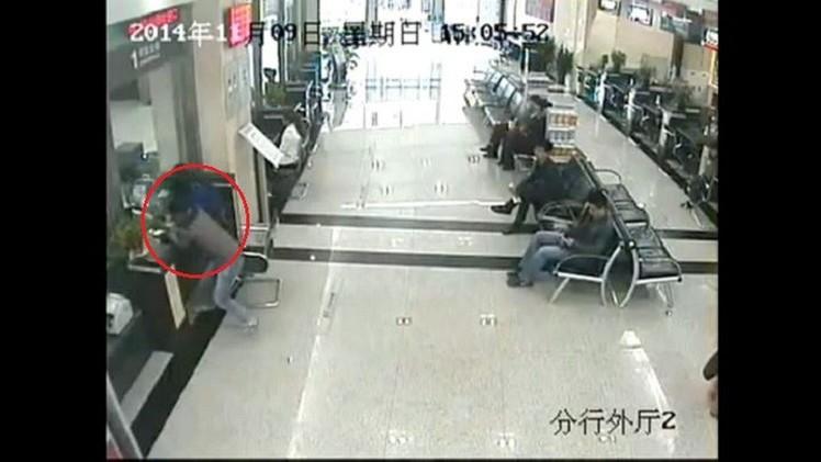 بالفيديو.. الكاميرا تلتقط لصا يحاول سرقة أموال إمرأة داخل البنك في الصين