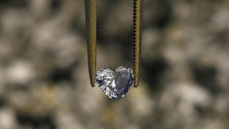 بالصور.. الموتى يتحولون إلى أحجار الماس ليرتديها أقرباؤهم وأحباؤهم