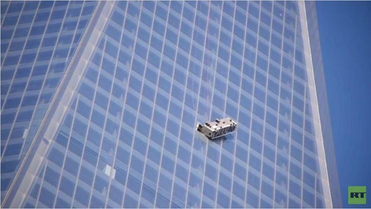 بالفيديو من نيويورك.. انقاذ رجلين من عمال النظافة علقوا خارج واجهة مركز التجارة العالمي