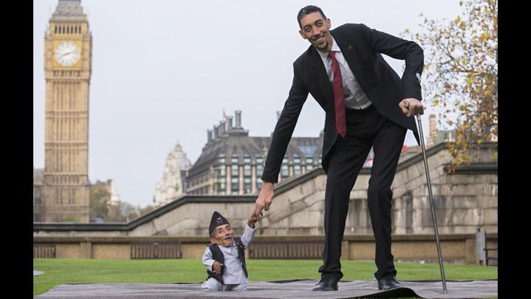 أغرب مقابلة بين أطول وأقصر رجلين في العالم في ذكرى موسوعة غينيس للأرقام القياسية (فيديو)