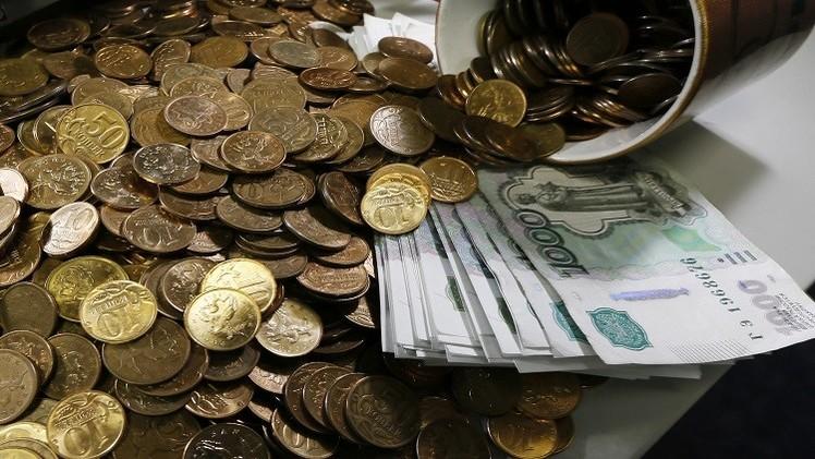 الروبل يتراجع أمام الدولار واليورو على خلفية استمرار التوترات الجيوسياسية