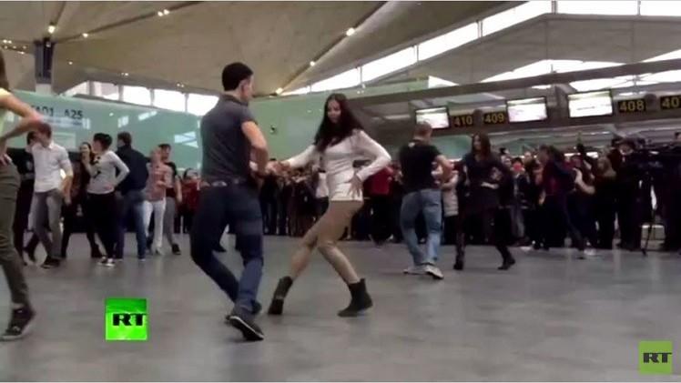 فرقة راقصة تعرض