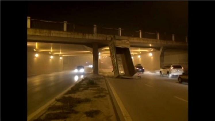 بالفيديو.. سيارة قلاب تصطدم بجسر في بكين