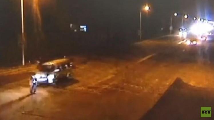 بالفيديو.. صيني ينجو من موت محقق بعد دهسه من 3 سيارات متتالية