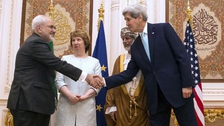 كيري يصافح ظريف بحضور آشتون ووزير خارجية سلطنة عمان