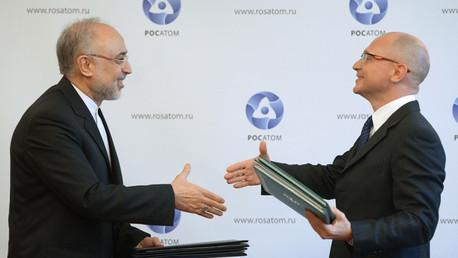 """رئيس """"روس أتوم"""" سيرغي كيريينكو  يصافح رئيس منظمة الطاقة الذرية الإيرانية علي أكبر صالحي في موسكو"""