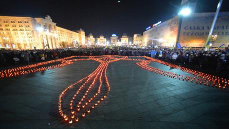 احياء ليلة الذكرى برسم شعار الدولة باستخدام الشموع