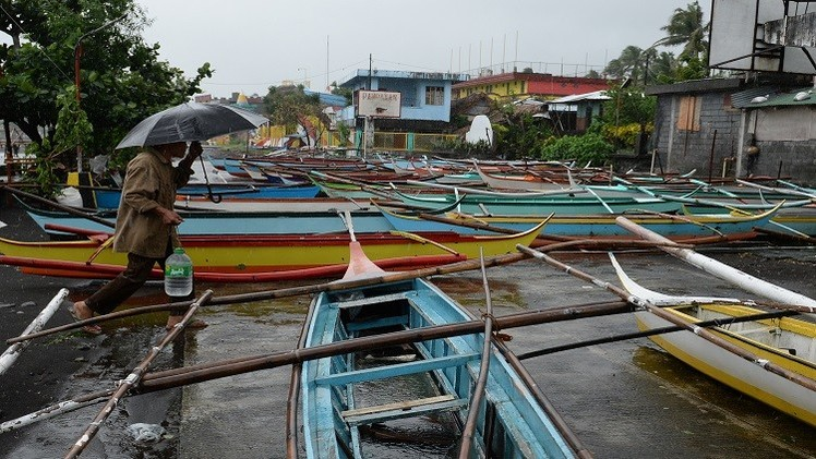 إعصار هاغوبيت يدمر المنازل في الفلبين