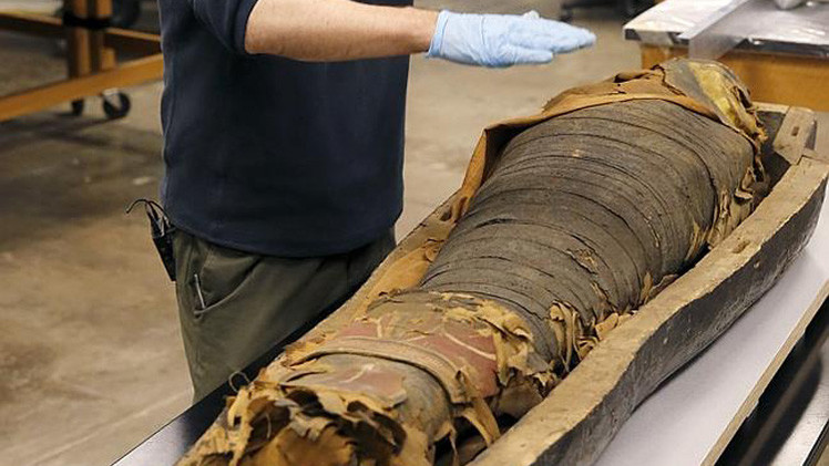 العلماء يفتحون تابوتا لمومياء مصرية عمرها أكثر من 2500 عام
