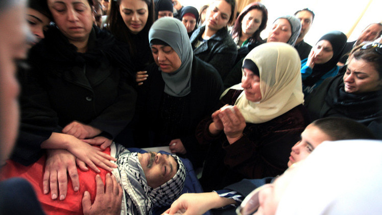 جثمان أبو عين محاطا بأفراد عائلته