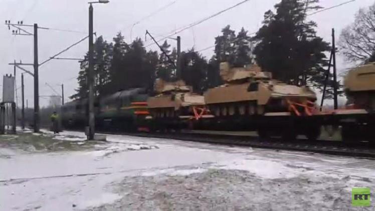 بالفيديو من لاتفيا.. قطار يحمل ترسانة ضخمة من المعدات الحربية الأمريكية