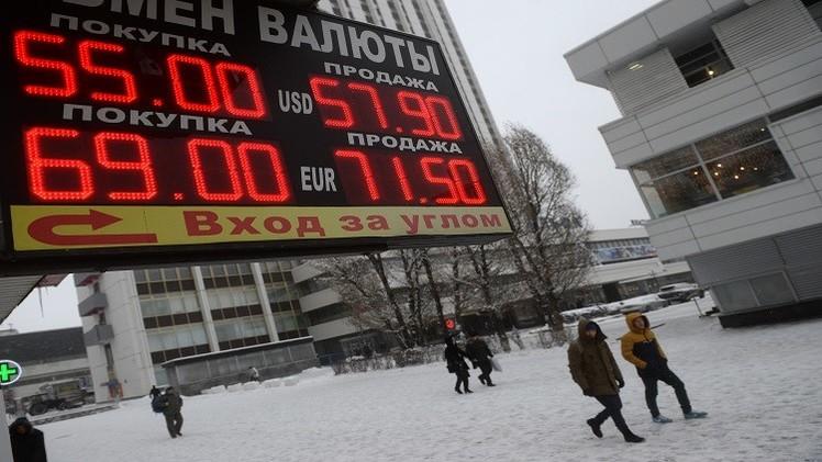 الروبل يواصل تراجعه على خلفية هبوط أسعار النفط