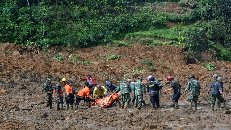 إندونيسيا ..12  قتلى و100 مفقود في انزلاق للتربة