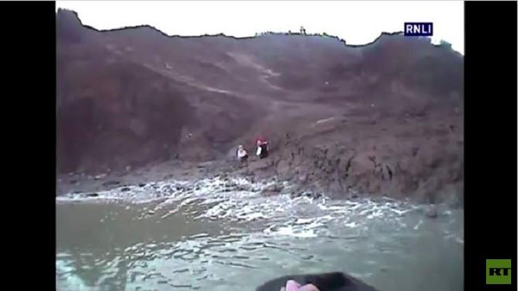 بالفيديو..فريق من مكافحي الحرائق ينقذ مراهقتين بريطانيتين وقعتا في أرض سبخة