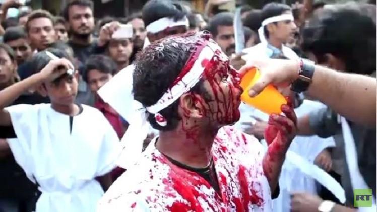 بالفيديو..المسلمون الشيعة في الهند يسوطون أنفسهم لإحياء أربعينية الإمام الحسين