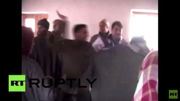 مرشح من الحزب الحاكم في الهند يعتدي على أحد الناخبين في دائرة الاقتراع (فيديو)