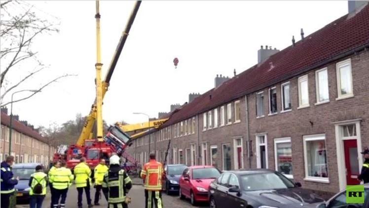 بالفيديو..رافعة بناء تقع على منزل أثناء حفل خطوبة في هولندا
