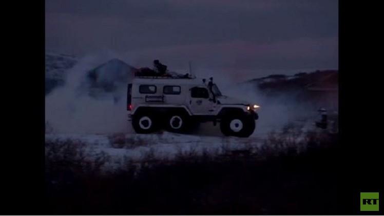 بالفيديو.. اختبار صمود سيارتين روسيتين أمام الظروف المناخية الشمالية القاسية