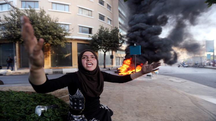 أهالي العسكريين اللبنانيين يشعلون الإطارات وسط بيروت بعد تهديدات النصرة