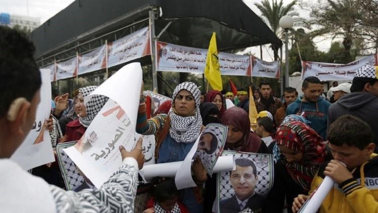 أنصار دحلان في غزة يتظاهرون ضد قطع رواتبهم