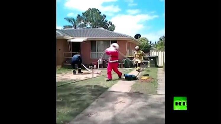 بالفيديو من أستراليا.. بابا نويل يأتي مبكرا هذا العام وينقذ رجلا محاصرا  في حريق بمنزل