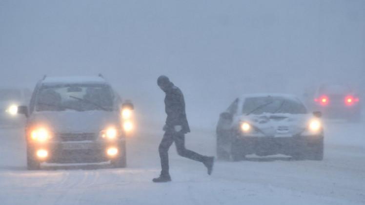 عاصفة ثلجية تشل حركة الطيران والمواصلات في موسكو