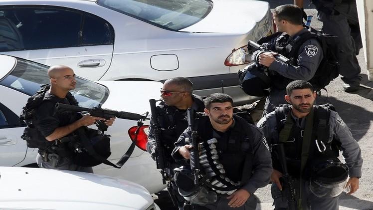 طعن شرطيين إسرائيليين في القدس الشرقية وفرار المنفذ