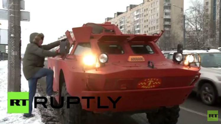 بالفيديو.. سيارة تاكسي مدرعة تتنظرك في شوارع سان بطرسبورغ