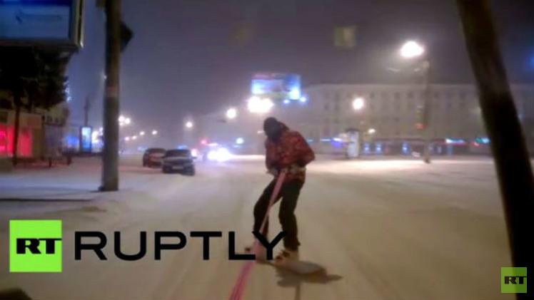 فيديو.. مغامر روسي يمارس رياضته المفضلة بشكل