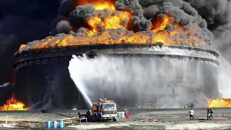 الحكومة الليبية تتفق مع شركة أمريكية لإخماد حريق ميناء السدرة